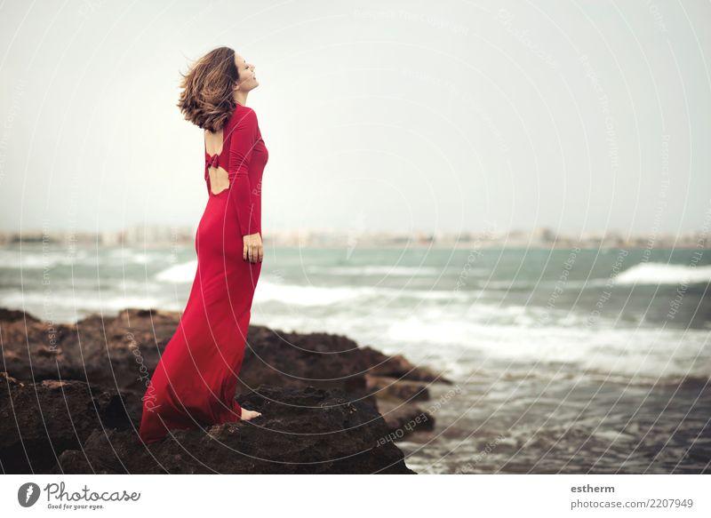 nachdenkliche Frau am Strand Mensch Ferien & Urlaub & Reisen Jugendliche Junge Frau schön Einsamkeit Erwachsene Lifestyle Gefühle Küste feminin Stil Freiheit