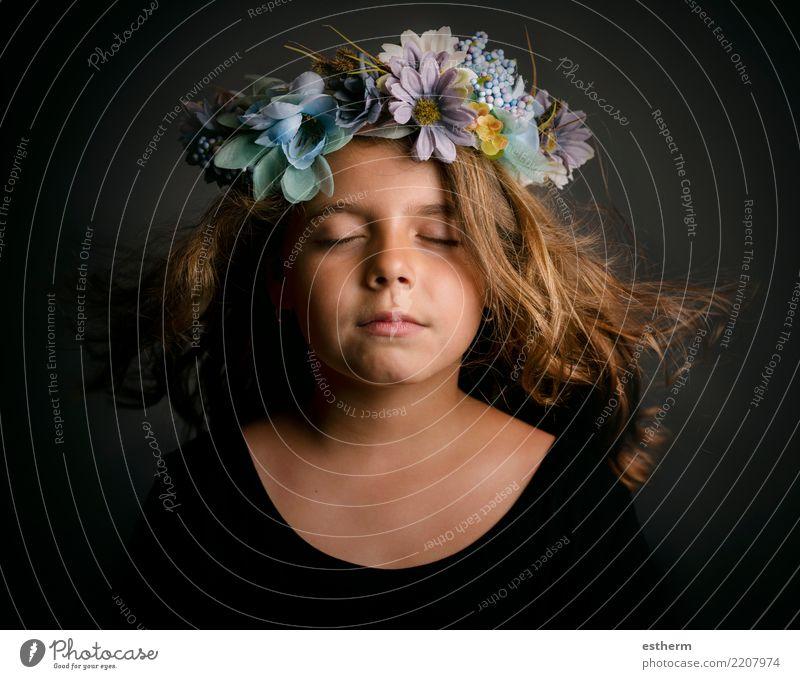 Nettes kleines Mädchen mit Blumenkranz Lifestyle elegant schön Abenteuer Freiheit Mensch feminin Kindheit 1 3-8 Jahre Accessoire Fitness Lächeln schlafen