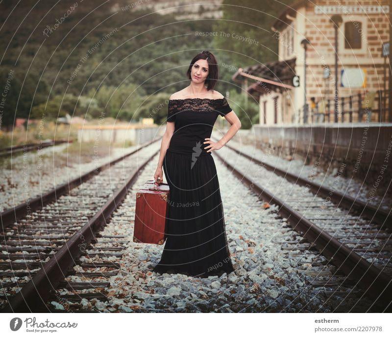 Junge Frau auf Bahngleisen Mensch Ferien & Urlaub & Reisen Jugendliche schön Einsamkeit Freude Erwachsene Lifestyle Gefühle feminin Tourismus Freiheit Ausflug