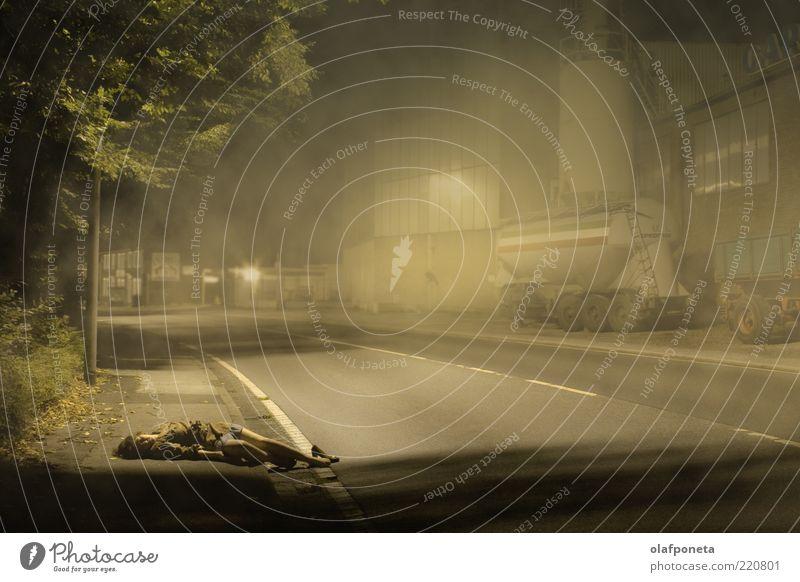 Mord im Zwielicht Frau Erwachsene 1 Mensch 18-30 Jahre Jugendliche Nebel Straße Lastwagen Tod liegen schlafen bedrohlich dunkel gruselig kalt dünn gelb grau