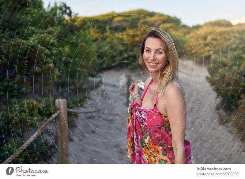 Lachende glückliche vivacious Frau im Urlaub Glück Ferien & Urlaub & Reisen Tourismus Sommer Strand Erwachsene 1 Mensch 30-45 Jahre Wege & Pfade Bikini Schuhe