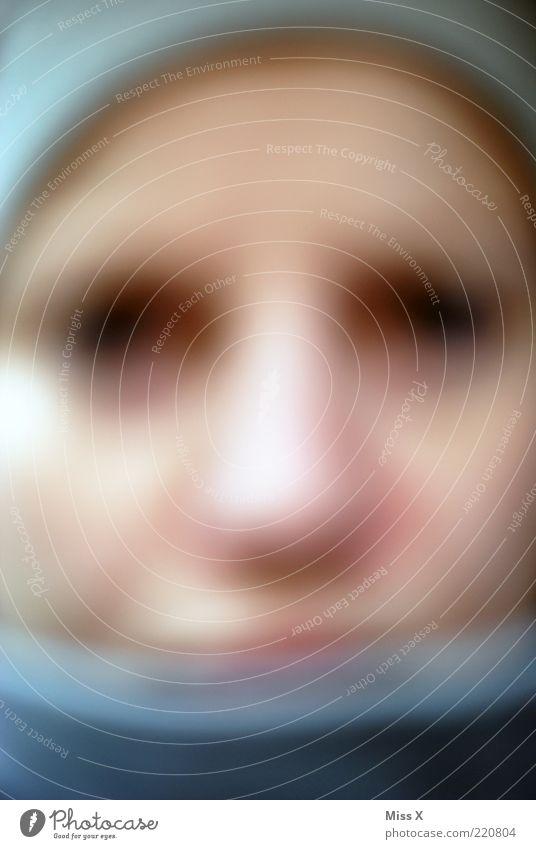 Unscharf Mensch 1 dunkel gruselig Angst Farbfoto Nahaufnahme Unschärfe Gesicht Haut anonym unkenntlich unerkannt Tag