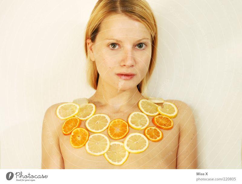 Früchtchen Lebensmittel Frucht schön Mensch feminin Junge Frau Jugendliche Brust 1 18-30 Jahre Erwachsene sauer süß gelb Zitrusfrüchte Zitrone Orange Mandarine