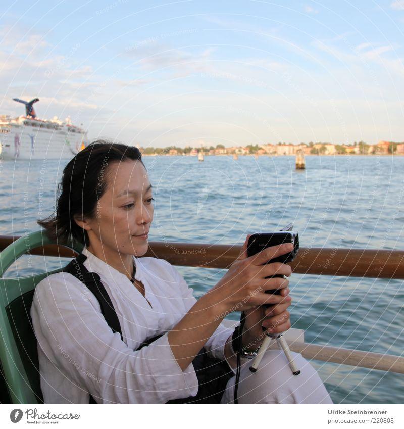 Viewing Venice 1 Freude Ferien & Urlaub & Reisen Tourismus Ausflug Sightseeing Städtereise Videokamera Mensch feminin Frau Erwachsene Medien Wasser Küste Bucht