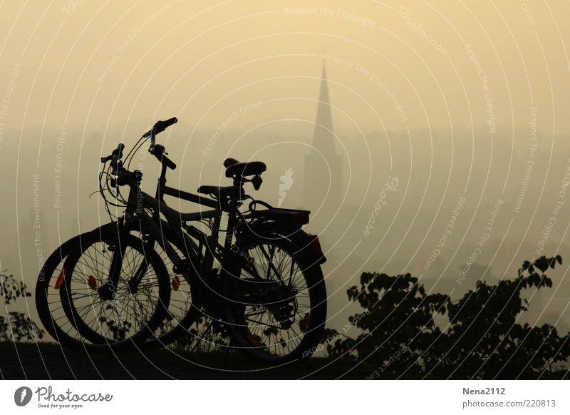 Kuschelpause Ausflug Freiheit Fahrrad Umwelt Luft Nebel Hügel Kirche Verkehrsmittel paarweise ökologisch Farbfoto Außenaufnahme Menschenleer Textfreiraum oben