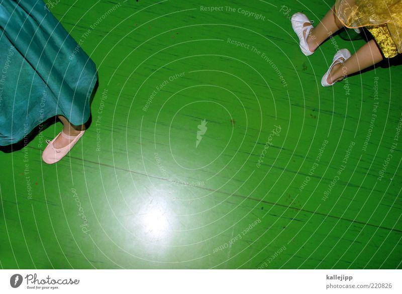 lampenfieber Tanzen Beine Fuß 2 Mensch Bühne Schauspieler Tanzveranstaltung Tänzer Balletttänzer Kleid Stoff Schuhe warten Show Ballettschuhe Linoleum grün