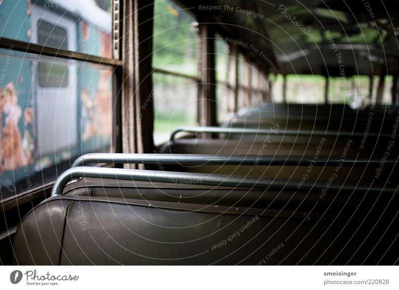ausrangiert alt braun Metall Glas Eisenbahn sitzen retro Verfall trashig Vergangenheit Mobilität Leder Nostalgie Sitzreihe Personenverkehr Straßenbahn