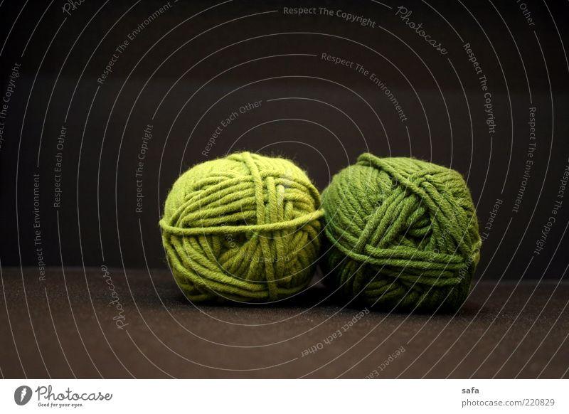 grün braun paarweise rund weich einfach Textilien Nacht Wolle Originalität Qualität wollig Vor dunklem Hintergrund Textilindustrie