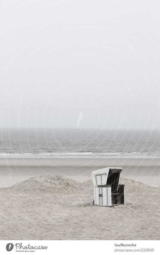Wellness Strandkorb auf Wangerooge ruhig Meer Insel Wellen Umwelt Natur Landschaft Sand Wasser Himmel Wolken Wetter Nebel Gedeckte Farben Außenaufnahme