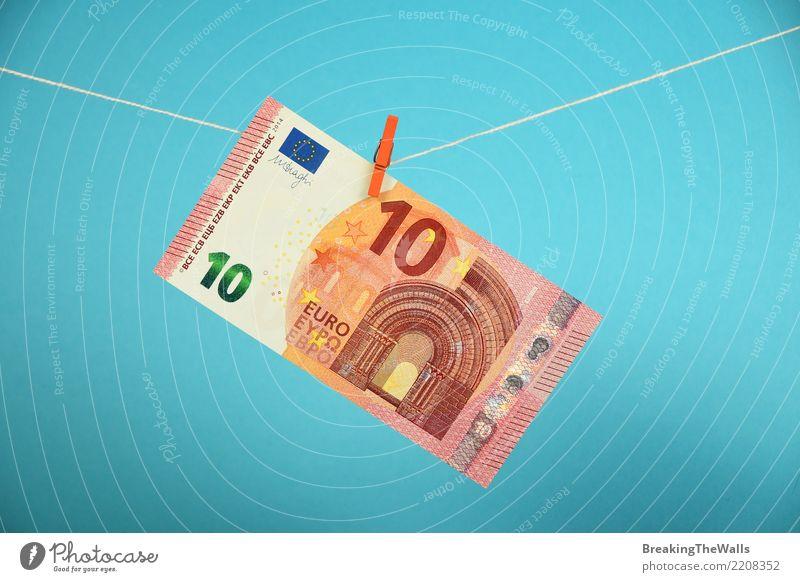 Banknote mit zehn Eurowährungen, die über Blau hängt blau Business Europa bedrohlich Seil Geld fallen Risiko Verfall Wirtschaft Handwerk hängen Handel
