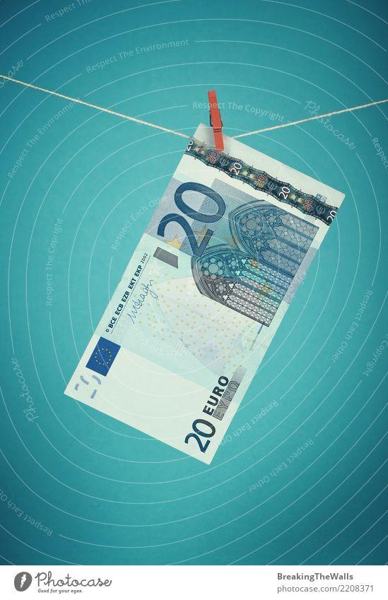 Zwanzig Eurowährungsbanknote, die über Blau hängt Wirtschaft Handel Kapitalwirtschaft Business retro blau türkis Farbe bedrohlich 20 hängen Seil Geld