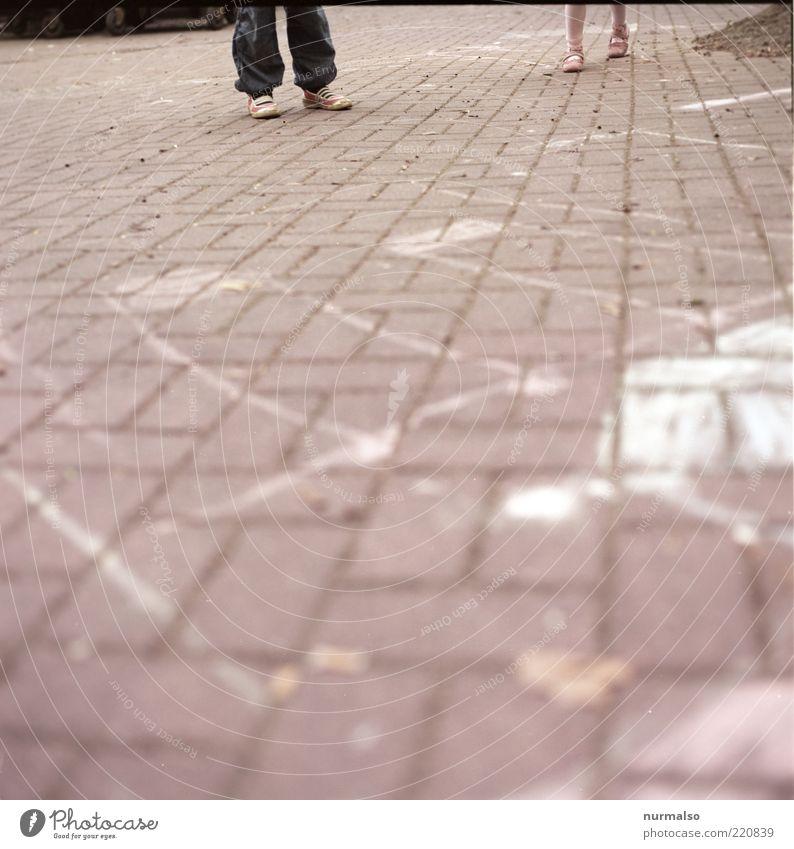 warten Lifestyle Spielen Mensch Kind Kindheit Beine Fuß 2 3-8 Jahre Kunst Umwelt Platz laufen machen Fröhlichkeit Pflastersteine Kreide Gedeckte Farben Tag