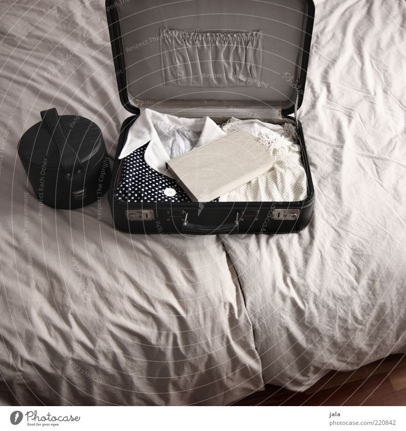 verreisen weiß Ferien & Urlaub & Reisen Buch Bekleidung retro Bett offen Kleid Falte Tasche Koffer Printmedien beige packen altehrwürdig Bettdecke