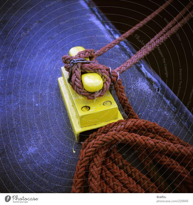 Fest verbunden rot gelb grau Beton Seil Hafen fest Tau Anlegestelle Schifffahrt Geborgenheit Knoten Hafenarbeiter Arbeiter ankern Poller
