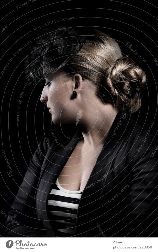 madame Jugendliche schön schwarz Einsamkeit dunkel feminin Stil träumen Haare & Frisuren Traurigkeit Denken Stimmung Mode blond Erwachsene elegant