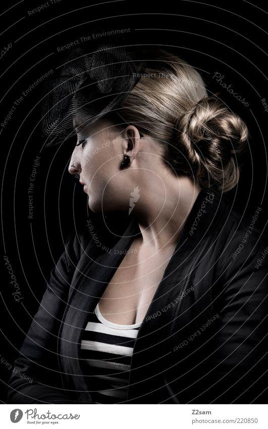 madame Stil schön Haare & Frisuren feminin Junge Frau Jugendliche 18-30 Jahre Erwachsene Mode Bekleidung Accessoire Hut blond Zopf Denken träumen Traurigkeit