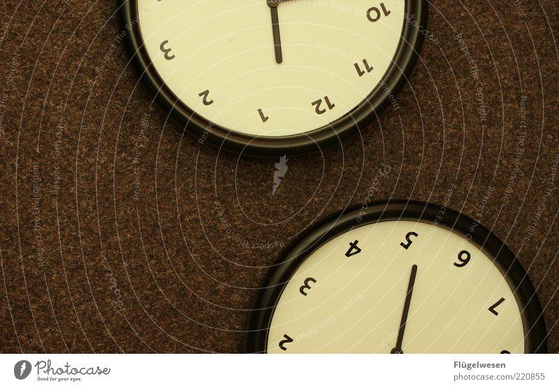 Zeit einteilen schwarz braun Pause Uhr Ziffern & Zahlen stoppen vergessen spät Wecker Zifferblatt Alarm Feierabend Zeitpunkt verschlafen zeitlos