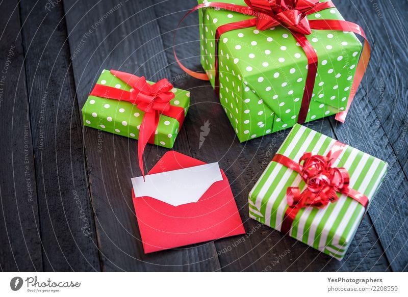 Fröhlich eingewickelte Geschenke und geöffneter Brief Glück Feste & Feiern Textfreiraum elegant Geburtstag niedlich Überraschung Silvester u. Neujahr Holztisch