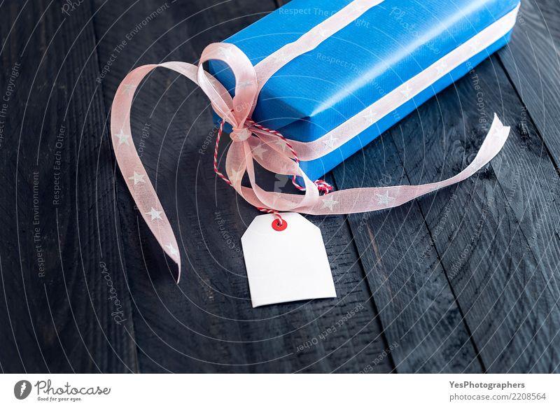 Geschenk mit einem Tag auf Holztisch Glück Feste & Feiern Textfreiraum Freundschaft elegant Geburtstag Idee niedlich Postkarte Überraschung Silvester u. Neujahr
