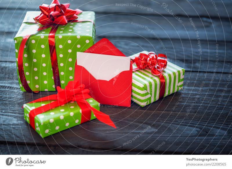 Viele Geschenke und geöffneter roter Umschlag Stil Glück Feste & Feiern Textfreiraum elegant Geburtstag Überraschung Silvester u. Neujahr Holztisch Handarbeit