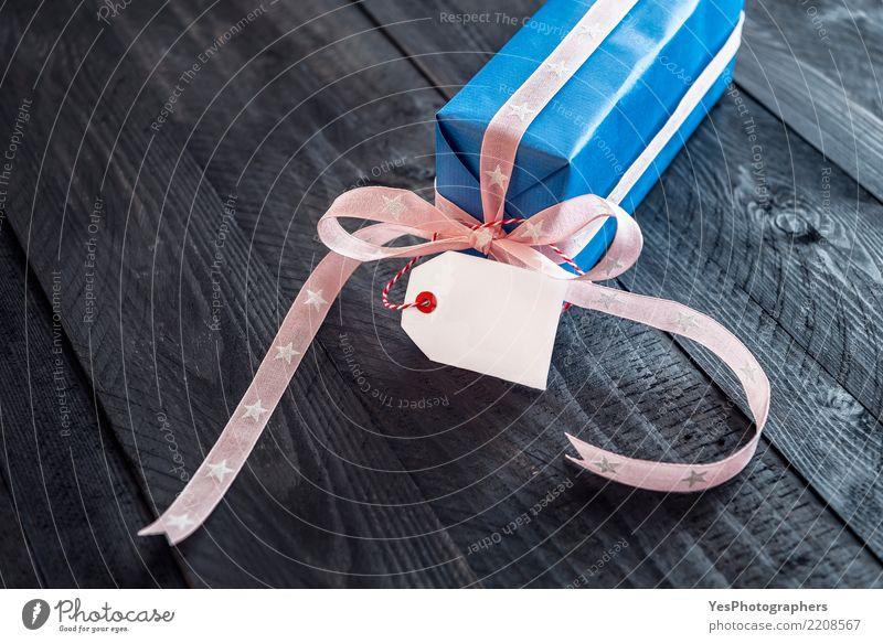 Einzelnes blaues Geschenk auf Weinlesehintergrund elegant Glück Handarbeit Feste & Feiern Silvester u. Neujahr Geburtstag Freundschaft Paket niedlich