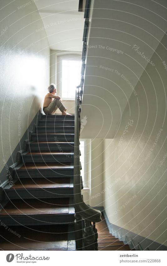 Prinzip Hoffnung maskulin Mann Erwachsene 1 Mensch Treppe warten Sorge September wallroth Treppenhaus Treppenabsatz Fenster Geländer Farbfoto Innenaufnahme