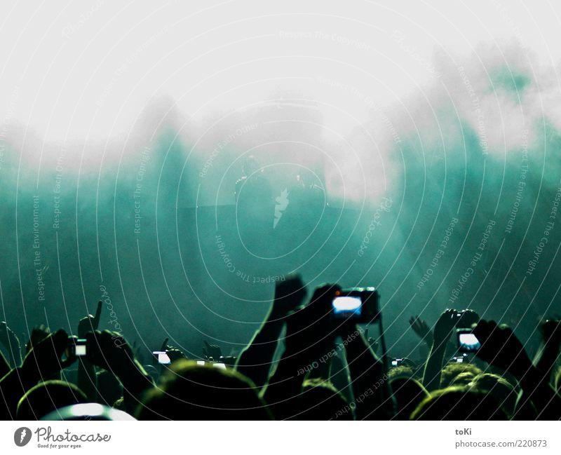 Concert Mensch blau Hand grün weiß Leben Musik Feste & Feiern Tanzen Fotokamera Konzert Menschenmenge Bühne Veranstaltung Fan Fotografieren