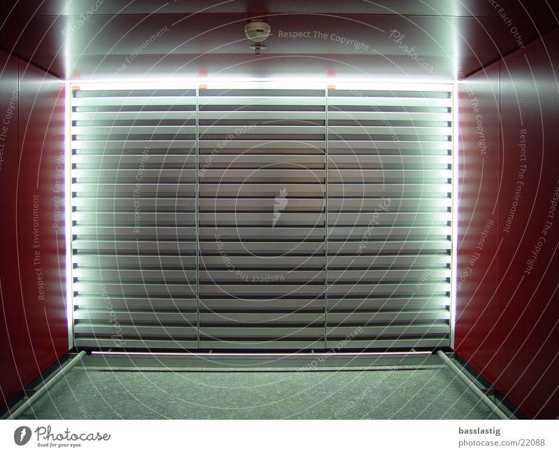 airport cubebox Frankfurt am Main rot weiß Architektur Lautsprecher Flughafen