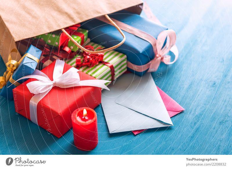 Geschenktüte umgeworfen auf dem Tisch Glück Feste & Feiern Freundschaft Schnur Kerze Überraschung Silvester u. Neujahr Tüte Holztisch Handarbeit festlich