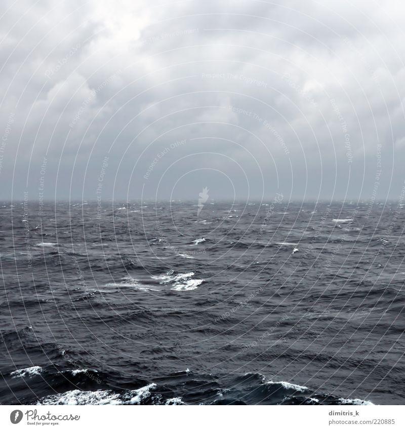 unruhige Tiefsee Ferne Meer Wellen Natur Landschaft Himmel Wolken Horizont Wetter Unwetter Wind Küste dunkel blau schwarz Leidenschaft wolkig rastlos