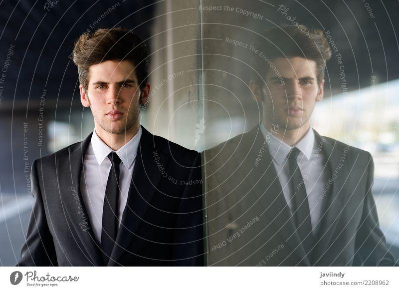 junger Geschäftsmann in einem Bürogebäude elegant Stil Arbeit & Erwerbstätigkeit Arbeitsplatz Business Mensch Mann Erwachsene Gebäude Mode Anzug Krawatte stehen