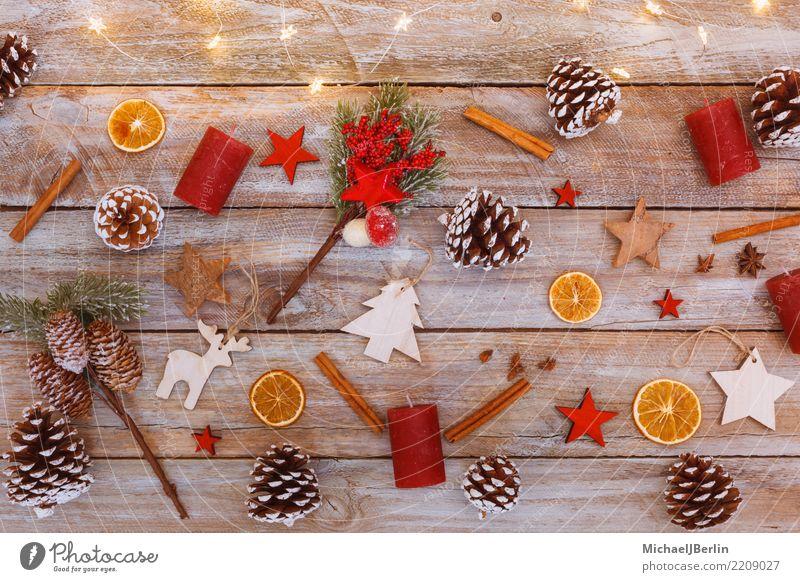 Chaotischer Tisch mit Dekoration für Weihnachten Weihnachten & Advent Baum Winter Holz Stern viele Teile u. Stücke Figur Schmuck chaotisch Tanne Ornament
