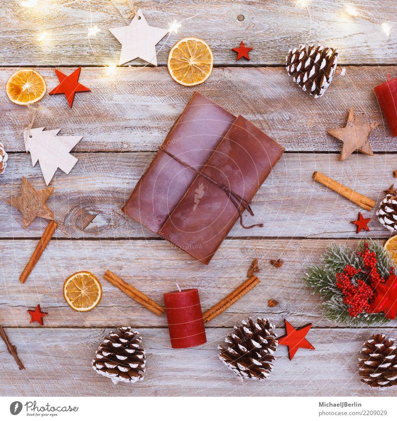 Tisch mit Weihnachtsdekoration und Lederkladde Winter Weihnachten & Advent chaotisch arrangiert Buch Heft Ringbuchordner altmodisch schreiben Schriftsteller