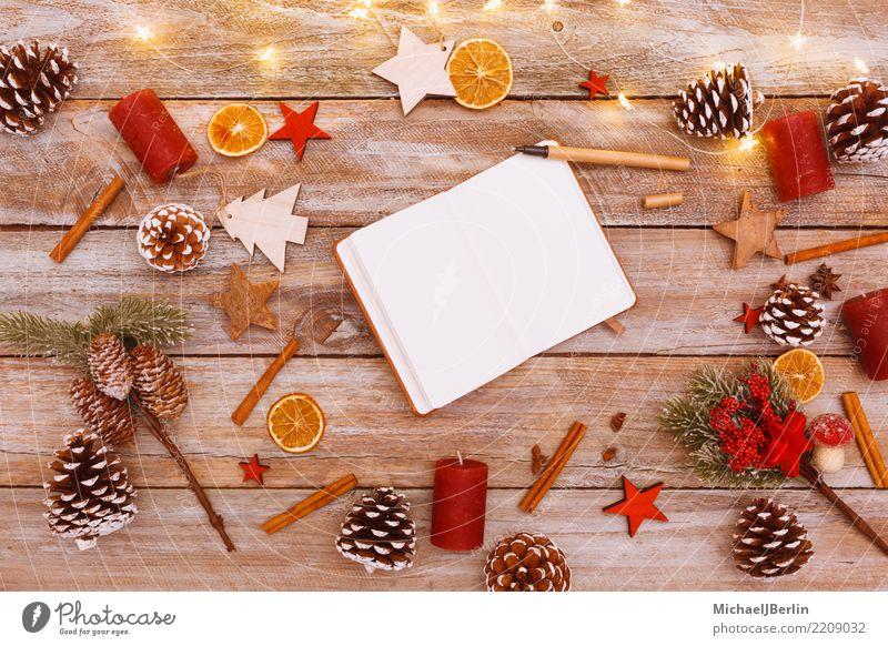 Notizbuch auf winterlich dekoriertem Weihnachtstisch Winter Weihnachten & Advent chaotisch planen arrangiert Rentier Papier Heft schreiben Schreibstift Holz