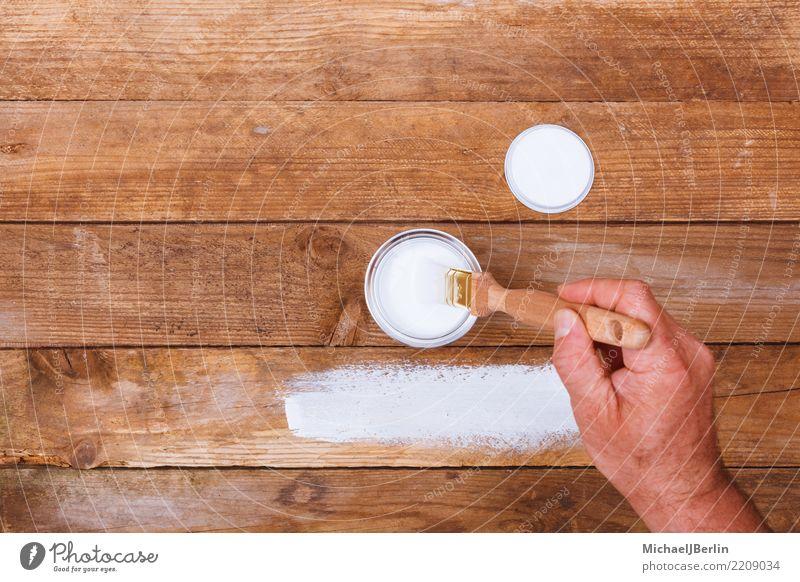 Mann lackiert einen Tisch mit weißer Farbe Freizeit & Hobby heimwerken Möbel Baustelle Mensch maskulin Erwachsene Hand 1 Holz Schliff Pinsel Topf Lack streichen