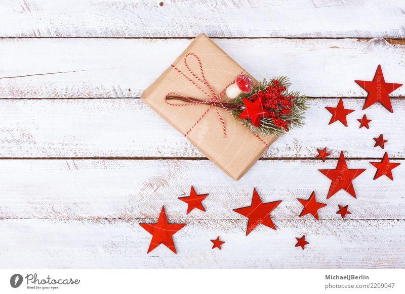 Geschenk auf weißem Tisch mit Sternen als Weihnachts Dekoration Weihnachten & Advent schön rot Winter Stimmung Fröhlichkeit Papier Stern (Symbol) einfach