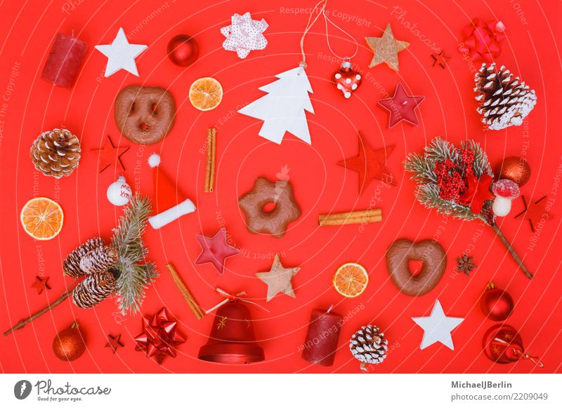 Weihnachts Dekoration und Essen auf rotem Hintergrund Weihnachten & Advent Dekoration & Verzierung Winter Farbe chaotisch Flat Lay Vogelperspektive Vielfältig