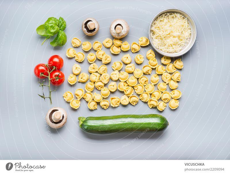 Tortellini mit Zutaten für vegetarisches Kochen Lebensmittel Gemüse Ernährung Mittagessen Bioprodukte Vegetarische Ernährung Diät Italienische Küche Stil Design