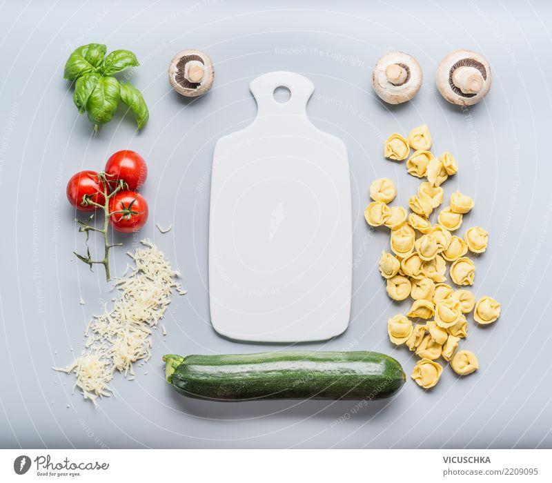 Vegetarian Tortellini mit Gemüse und Käse Lebensmittel Ernährung Mittagessen Bioprodukte Vegetarische Ernährung Diät Stil Design Gesunde Ernährung Tisch