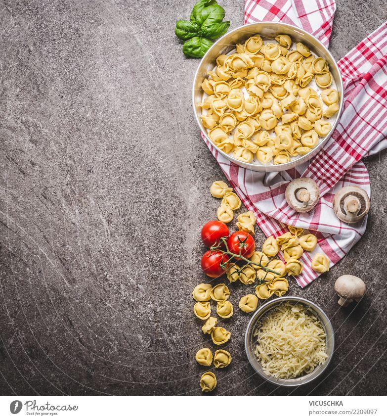 Tortellini Nudeln in Schale mit vegetarischen Zutaten Lebensmittel Gemüse Ernährung Mittagessen Bioprodukte Vegetarische Ernährung Diät Italienische Küche