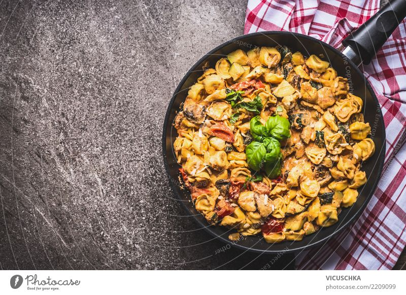 Tortellini pasta mit cremiger Soße Lebensmittel Ernährung Mittagessen Abendessen Italienische Küche Pfanne Gesunde Ernährung Tisch Design Stil Hintergrundbild