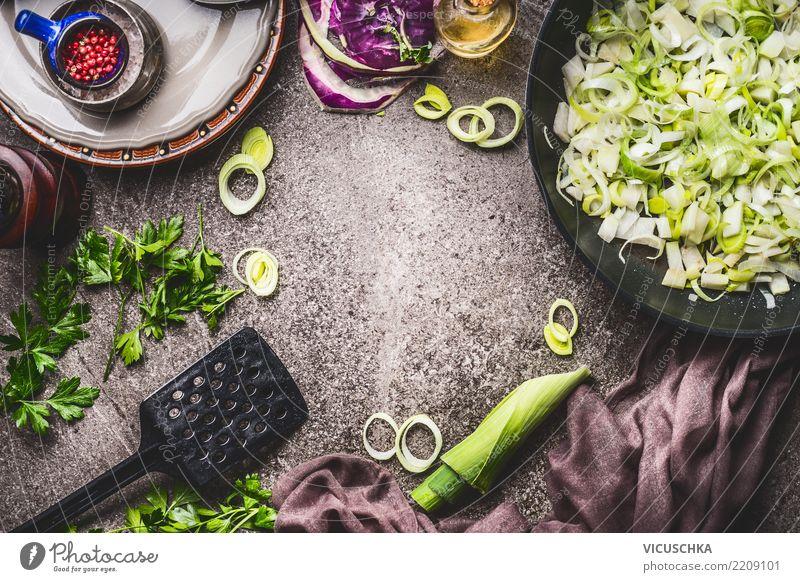Geschnittener Lauch in Pfanne auf Küchentisch Hintergrund Gesunde Ernährung Lifestyle Gesundheit Hintergrundbild Stil Lebensmittel Design Häusliches Leben Tisch