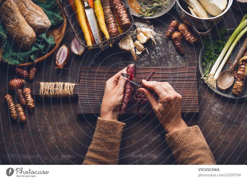 Weibliche Hände schälen Karotten Lebensmittel Gemüse Kräuter & Gewürze Ernährung Mittagessen Bioprodukte Vegetarische Ernährung Diät Geschirr