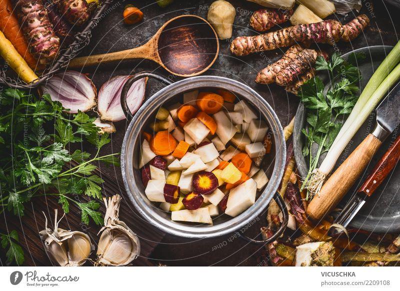 Kochtopf mit gewürfelten bunten Wurzelgemüse Gesunde Ernährung Foodfotografie Essen Leben Stil Lebensmittel Design Häusliches Leben Tisch Kräuter & Gewürze