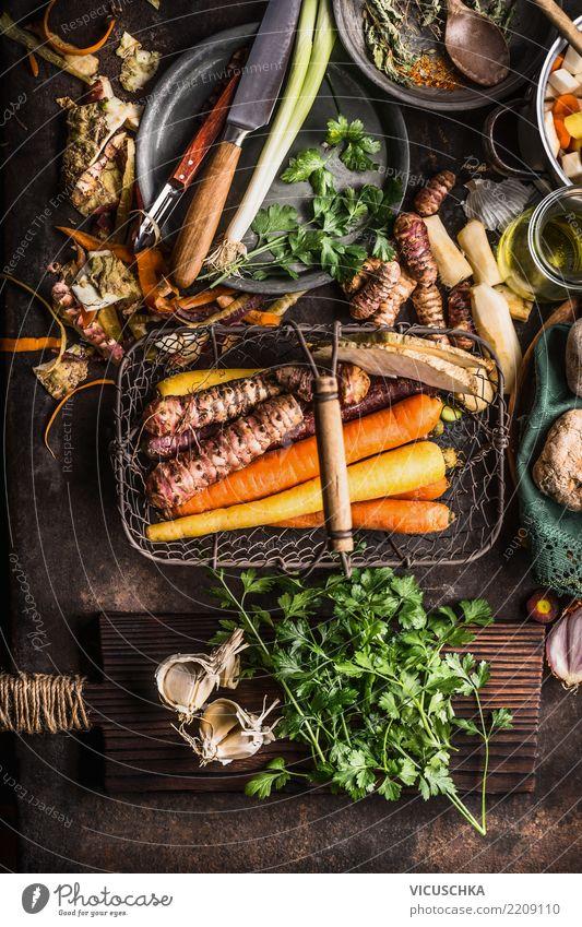 Wurzelgemüse im Erntekorb auf dunklem rustikalem Küchentisch Lebensmittel Gemüse Suppe Eintopf Kräuter & Gewürze Ernährung Bioprodukte Vegetarische Ernährung