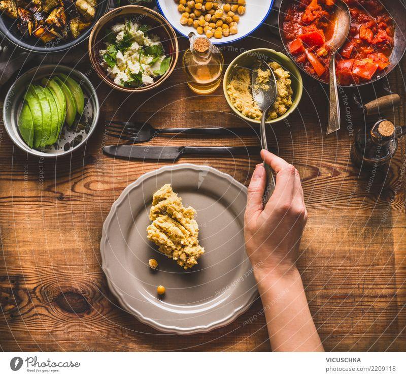 Weibliche Hand mit Löffel bringt Salat auf dem Teller Lebensmittel Gemüse Salatbeilage Getreide Kräuter & Gewürze Öl Ernährung Mittagessen Abendessen Büffet