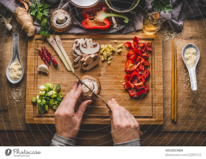 Hände schneiden Gemüse Lebensmittel Kräuter & Gewürze Ernährung Mittagessen Abendessen Vegetarische Ernährung Diät Asiatische Küche Geschirr Schalen & Schüsseln