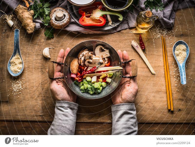Weibliche Hände halten kleinen Wok-Topf mit gehacktem Gemüse Gesunde Ernährung Hand Foodfotografie feminin Stil Lebensmittel Design Kräuter & Gewürze Restaurant