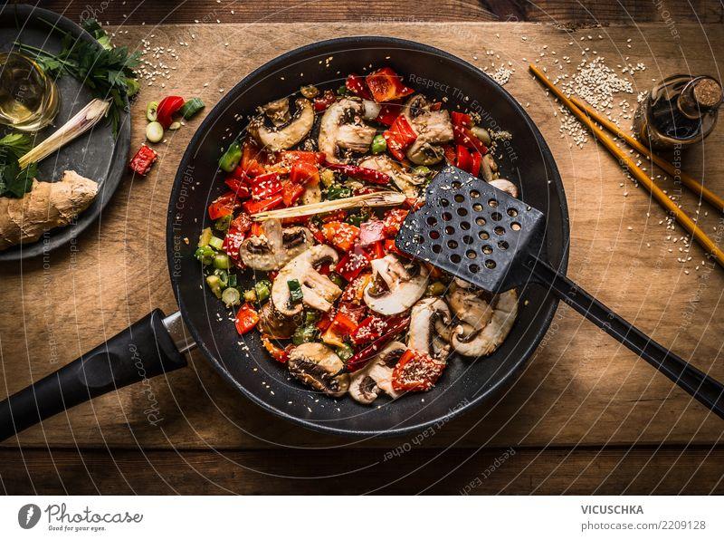 Vegan stir fry in pfanne on wooden background Lebensmittel Gemüse Ernährung Bioprodukte Vegetarische Ernährung Diät Asiatische Küche Pfanne Design Stil