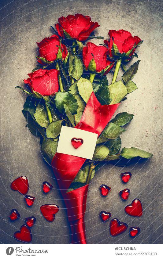 Großes Bündel rote Rosen mit weißer leerer Grußkarte und Herzen Stil Design Dekoration & Verzierung Party Veranstaltung Feste & Feiern Valentinstag Muttertag